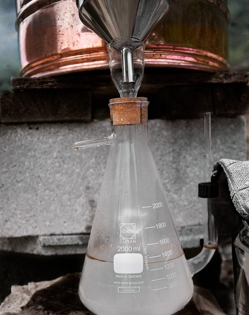 L'hydrolat et l'huile essentielle qui surnage